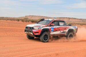 TRDハイラックス レボがオーストラリアの砂漠を激走! 【フィンクデザートレース後編】