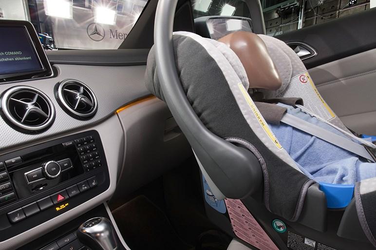 助手席に子供を座らせたら悪い、は日本人の誤解である