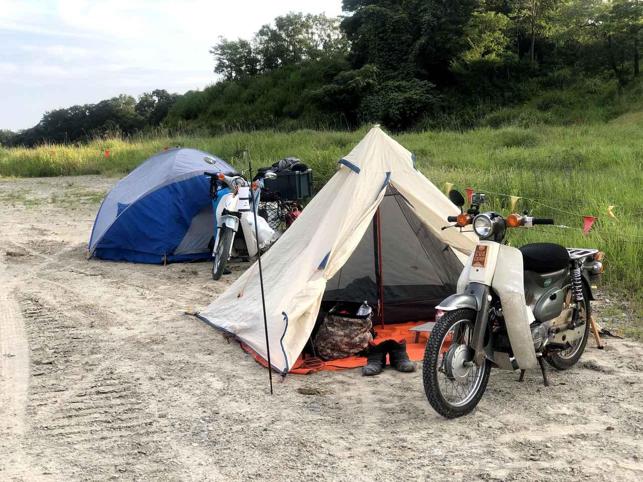 オフロードコースを走ってキャンプ。スーパーカブ90とスーパーカブ110で「びじばいぱにっくJAM1」に参加するのだ。背割堤を通るツーリング移動編〈若林浩志のスーパー・カブカブ・ダイアリーズ Vol.27〉