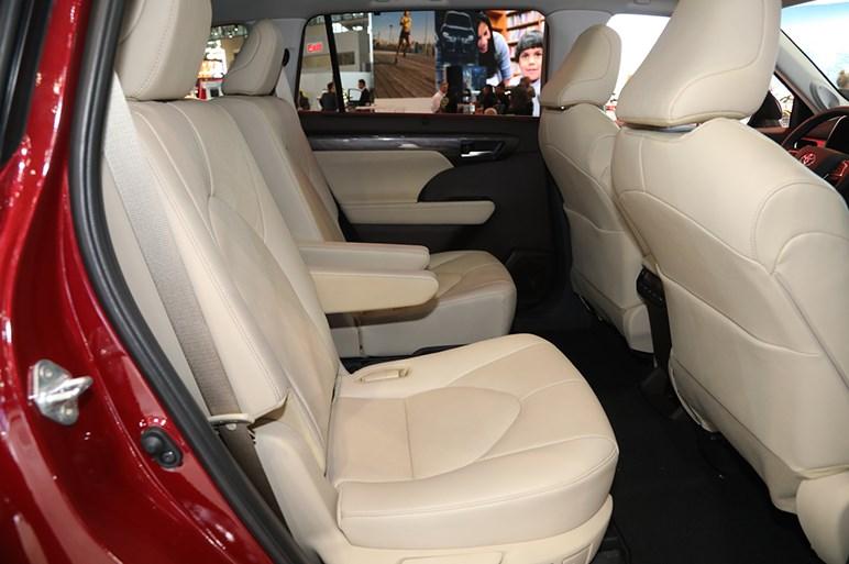 トヨタの世界戦略3列SUV・ハイランダーの4世代目はワイド&ローを強めたフォルムに
