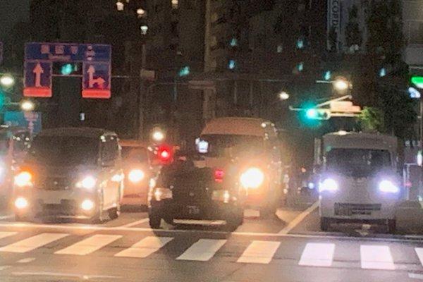 【夜の信号待ちでライトは点けっぱなし? それとも消す?】ヘッドライトの寿命、法律 どっちが正解???