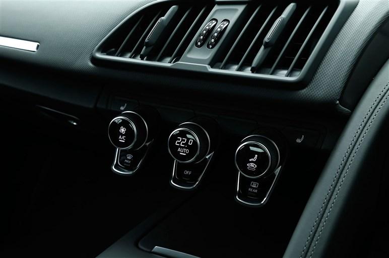 新型アウディR8。新クワトロシステム&V10エンジンの実力をテスト