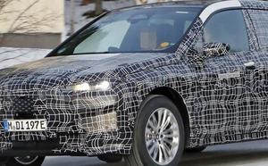 【スクープ】センサー内臓のキドニーグリルが露出! BMWのピュアEV版SUV、「iX5」が寒冷地テストに登場
