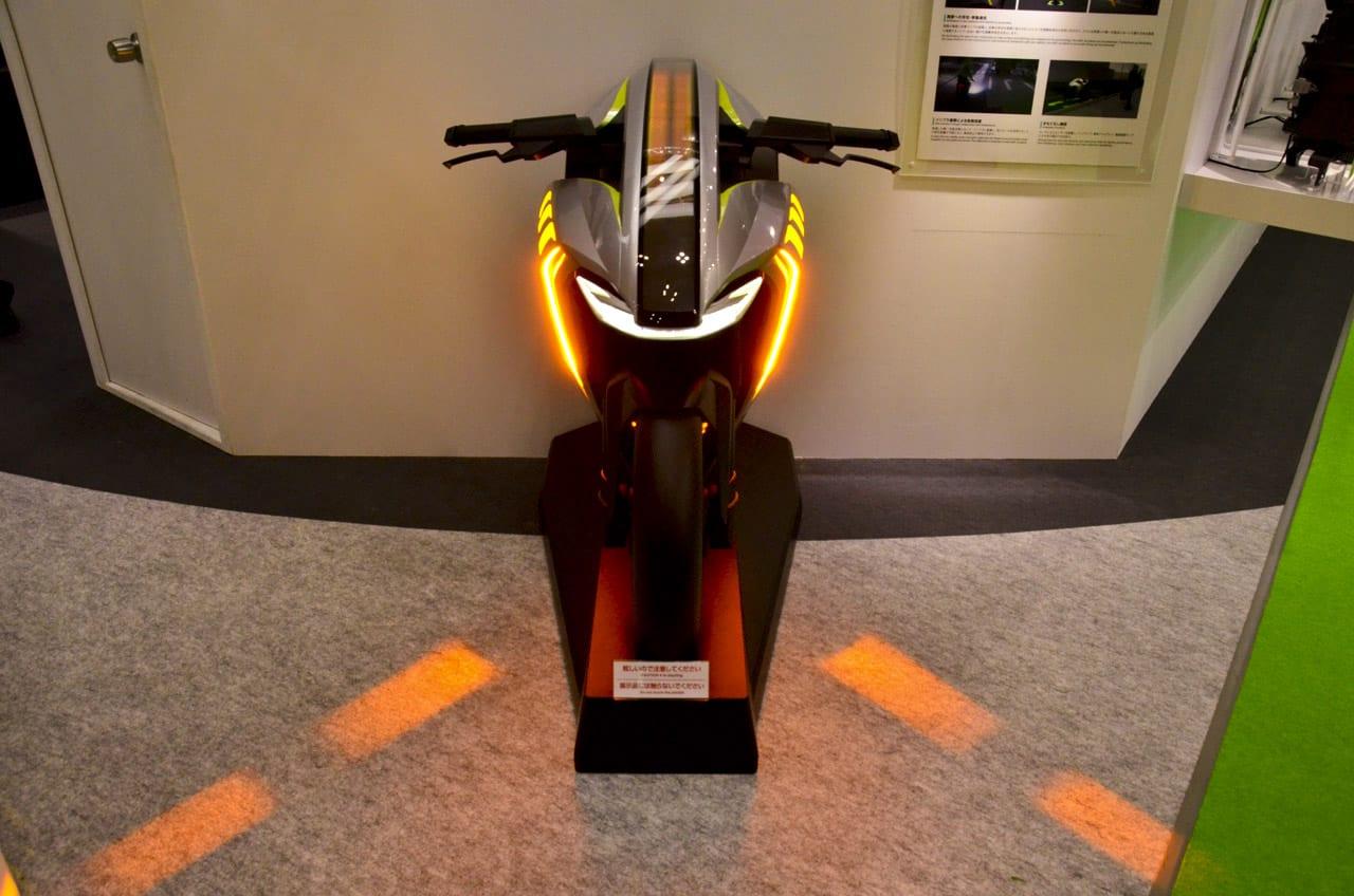 ヒカリが車幅を教えてくれる! シーケンシャルウインカーが路面を照らす!【東京モーターショー2019】小糸製作所