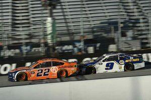 NASCAR:ブリストル戦はチェッカー目前にトップ2台が接触。フォードのケゼロウスキーが抜け出し勝利