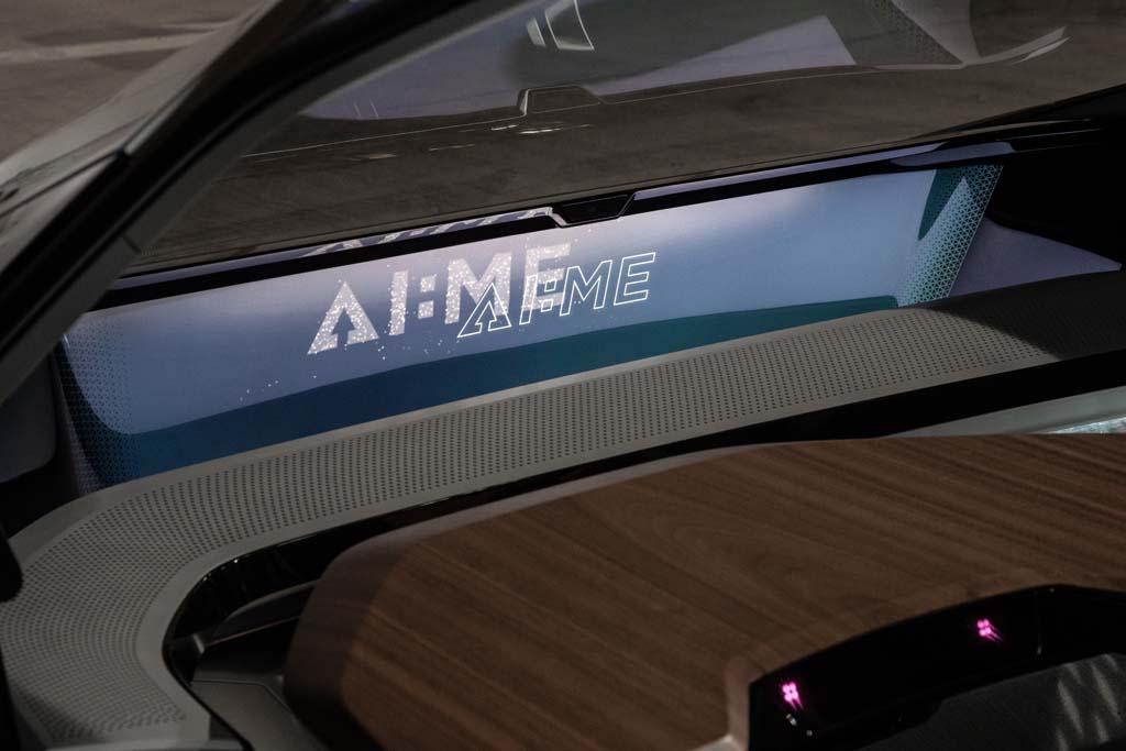 VRゴーグルを装着するとバーチャルフライトが楽しめる!?乗員の健康まで考えてくれるアウディのコンセプトカー「AI:ME」