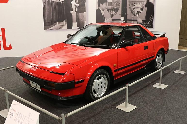 ロードスターほど有名じゃないけど一足先に世に出た80年代の小型2シーター・トヨタMR2は、ミッドシップレイアウトの野心作だった