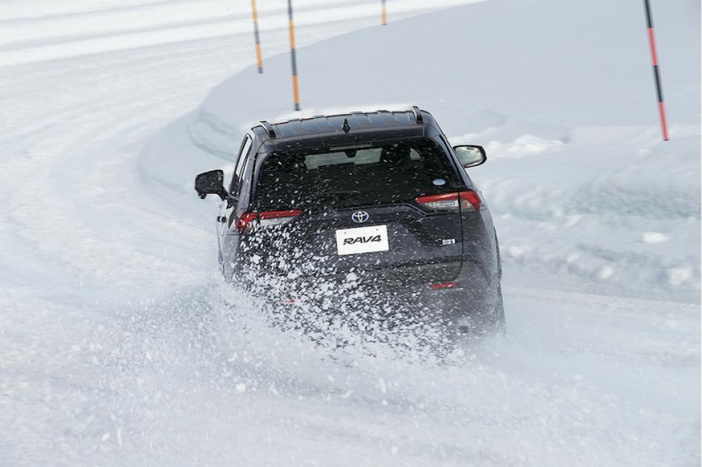 〈トヨタRAV4雪上試乗記〉ラフロードでも積極的にアクセルを踏みたくなる!