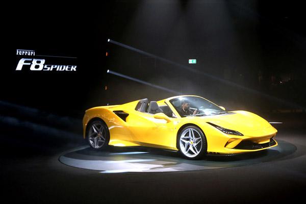 フェラーリ V8ターボ・エンジン搭載の新型「F8スパイダー」発表