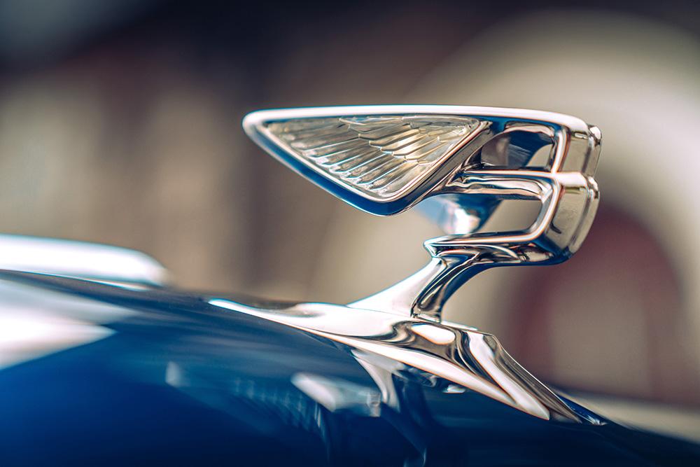 ベントレーの新型「フライングスパー」に採用された新しいフライングBマスコットは電子制御照明付き!