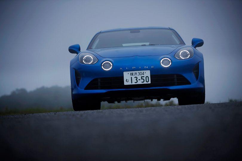 フレンチ・スポーツはどうしてこんなに魅力的なのか?──アルピーヌA110とルノー メガーヌR.S.を乗り比べる!