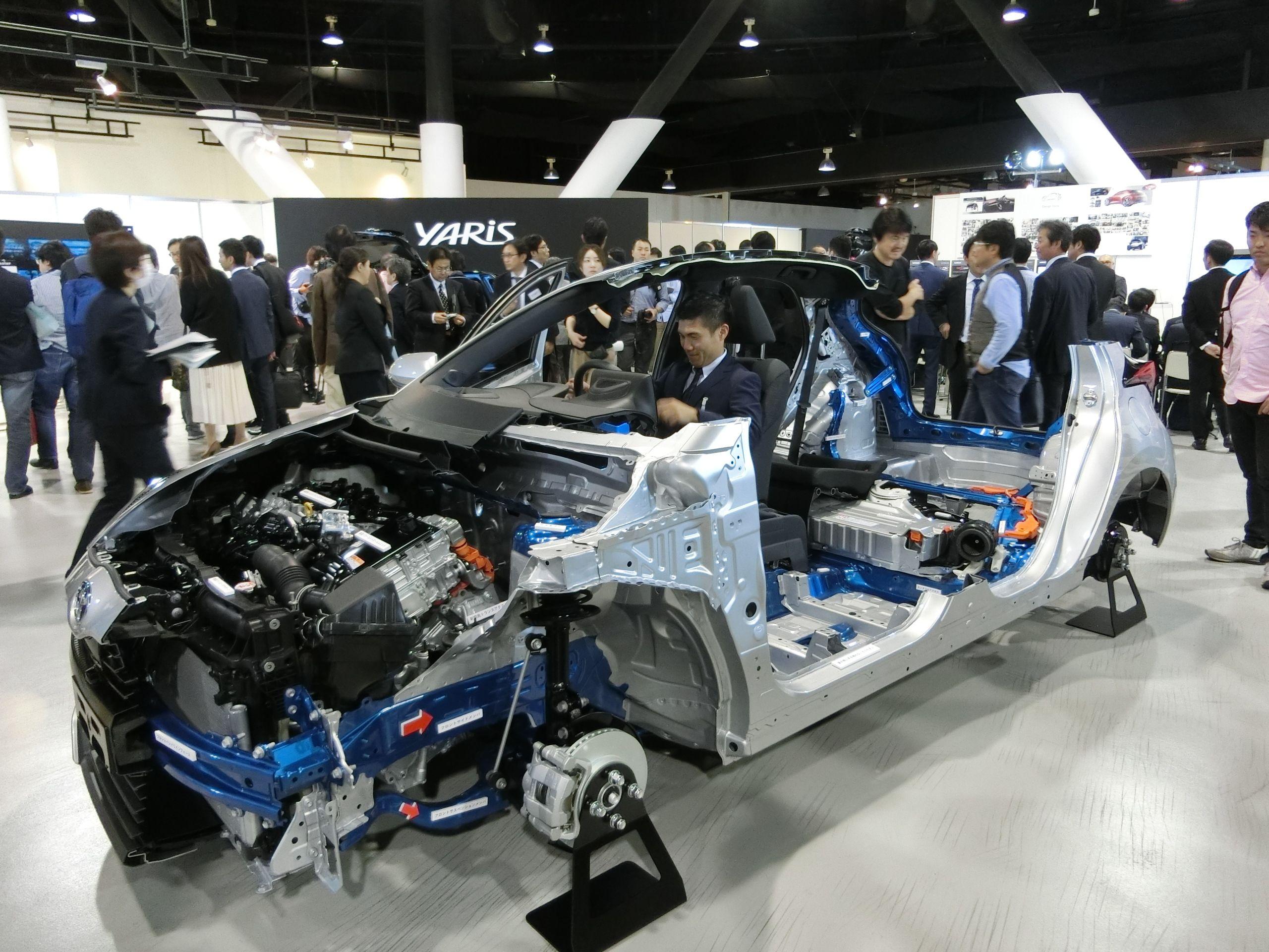 トヨタとホンダのコンパクトカー競争が再燃 新型「ヤリス」を公開