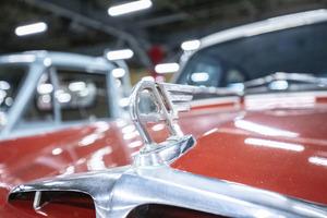 高級車に採用されたボンネット上のフードマスコットはなぜ消えた?