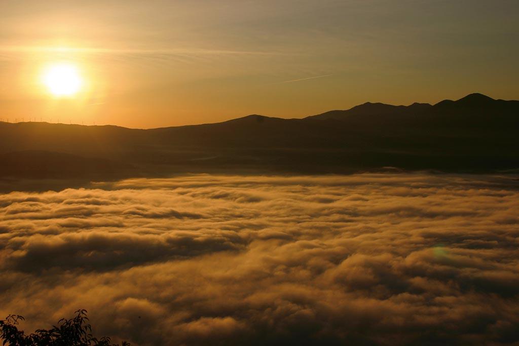 遠野小富士から昇る朝日に照らし出される伝説の里の雲海(岩手県 高清水展望台)【雲海ドライブ&スポット Spot 22】