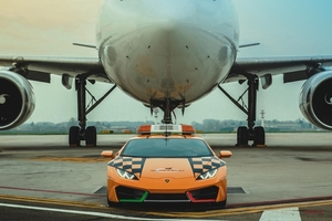 【働くランボルギーニ】イタリアの国際空港に、ウラカンRWDの誘導車