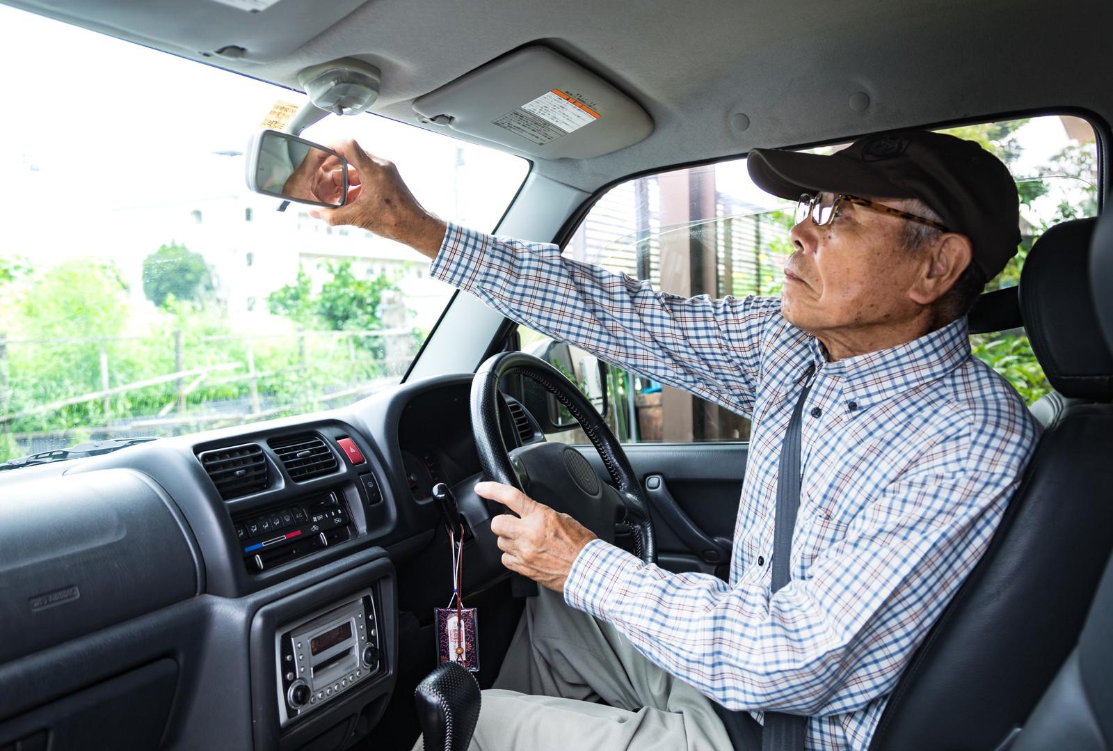 高齢者の自動車免許強制返納、4割が「賛成」