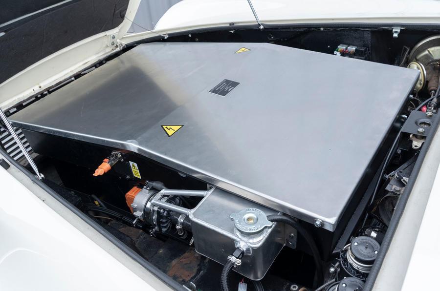 【DB6を電動化】純EV版アストン マーティンDB6へ試乗 未来を走るクラシック