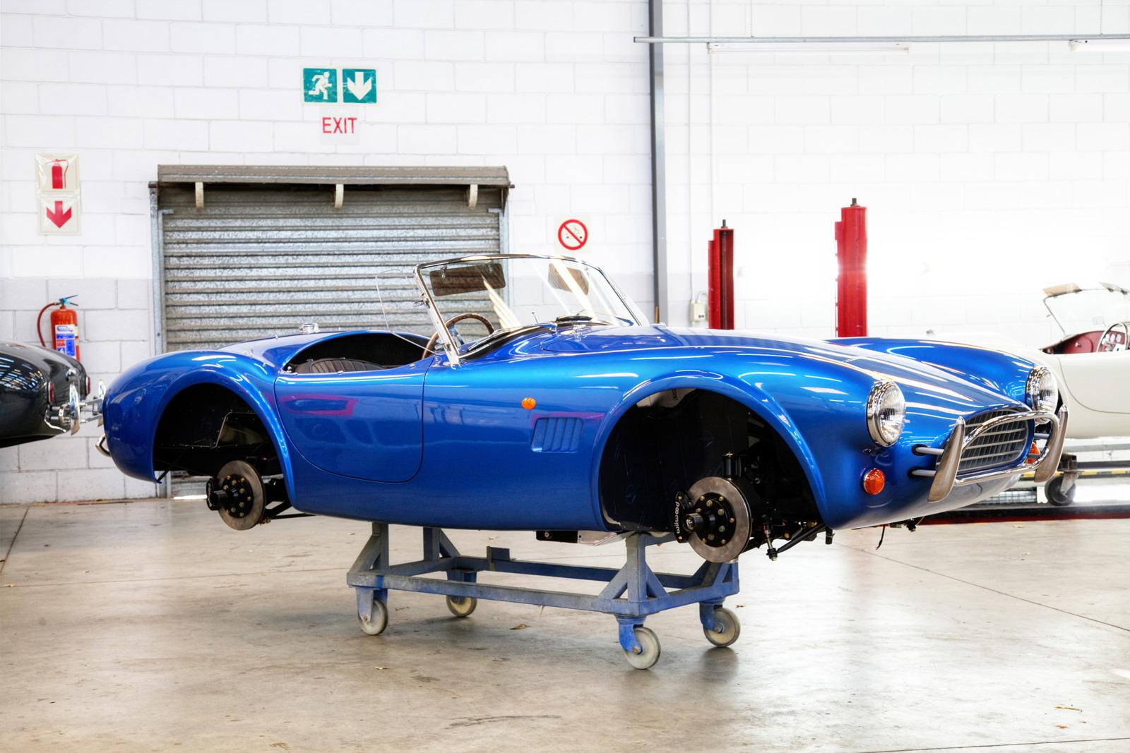 あのコブラが58台限定で再生産! 選ぶべき毒蛇の心臓はフォード製エンジンか、EVか