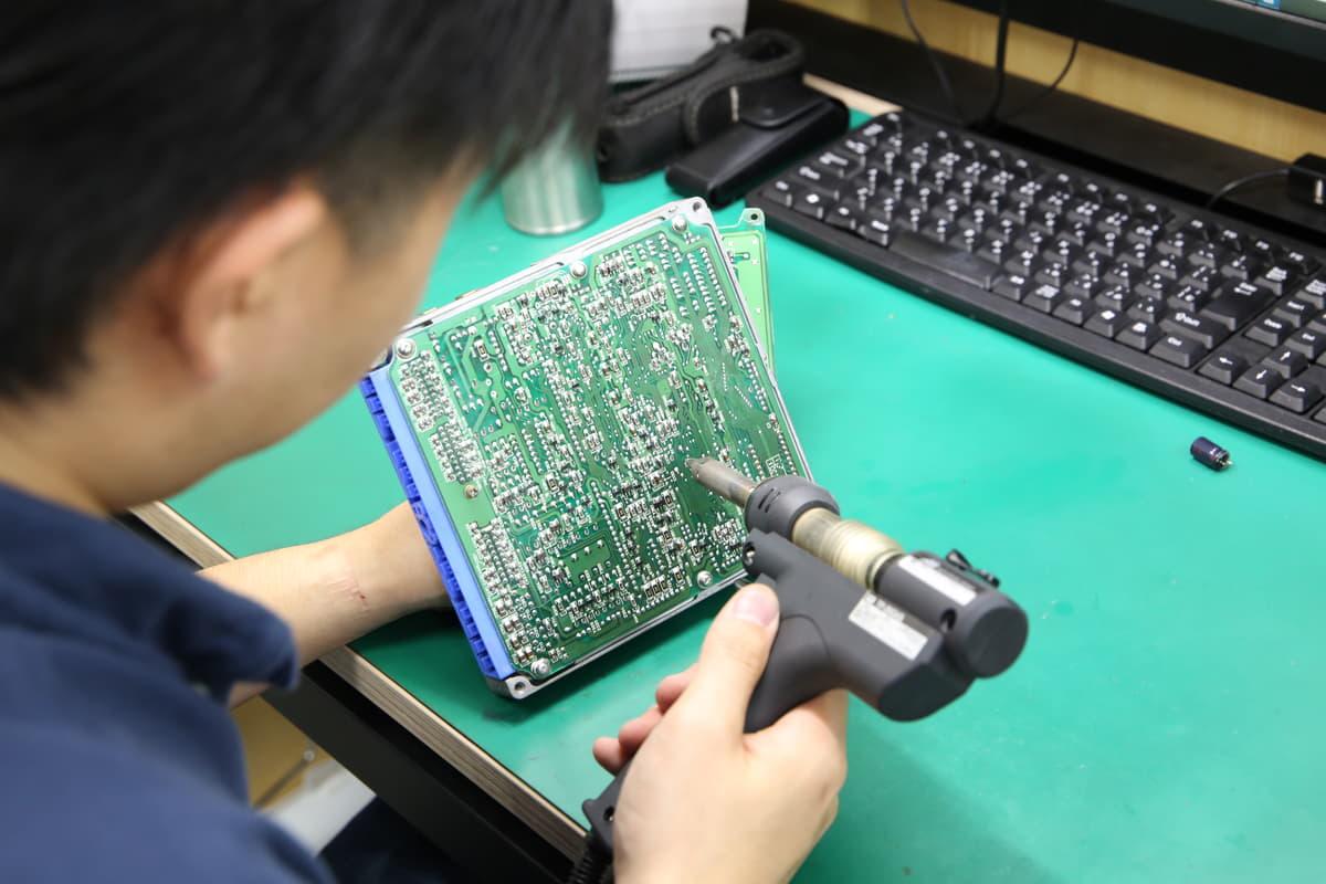 クルマのエンジンを制御するコンピュータは劣化する!電機部品が液漏れしている可能性も