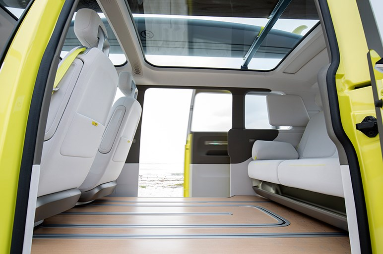 2022年に発売されるワーゲンバスの近未来版I.D. BUZZに試乗した