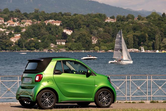 EVのスマート・フォーツー・カブリオレ、2.5時間の充電と航続距離150km超えで「使えるクルマ」に