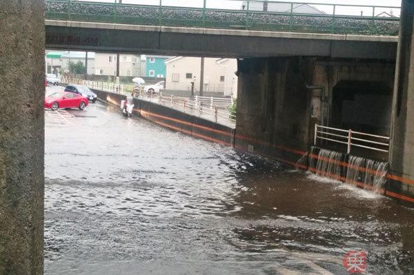 冠水道路、あなどってはいけない! 大雨時は要注意、水深5cm程度でも危険