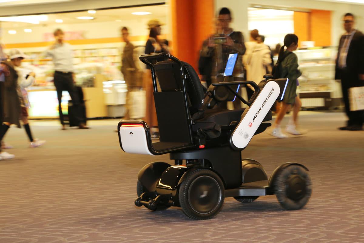 高齢者・障がい者の空の旅を快適に! JALなど3社が羽田空港で「自動運転車いす」実験