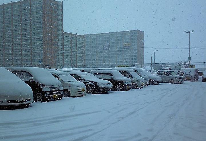 冬なのにオーバーヒート? ハイビームもダメ? 「雪道のドライブ」で気をつけておくべき6つのポイント