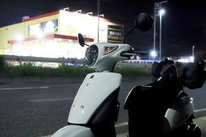 自転車から原付50ccスクーターに乗り換えると世界が広がる! レッツで高校時代を思い出しながらナイトツーリング【穴が空くまでスズキを愛でる/レッツ 試乗インプレ(5)】