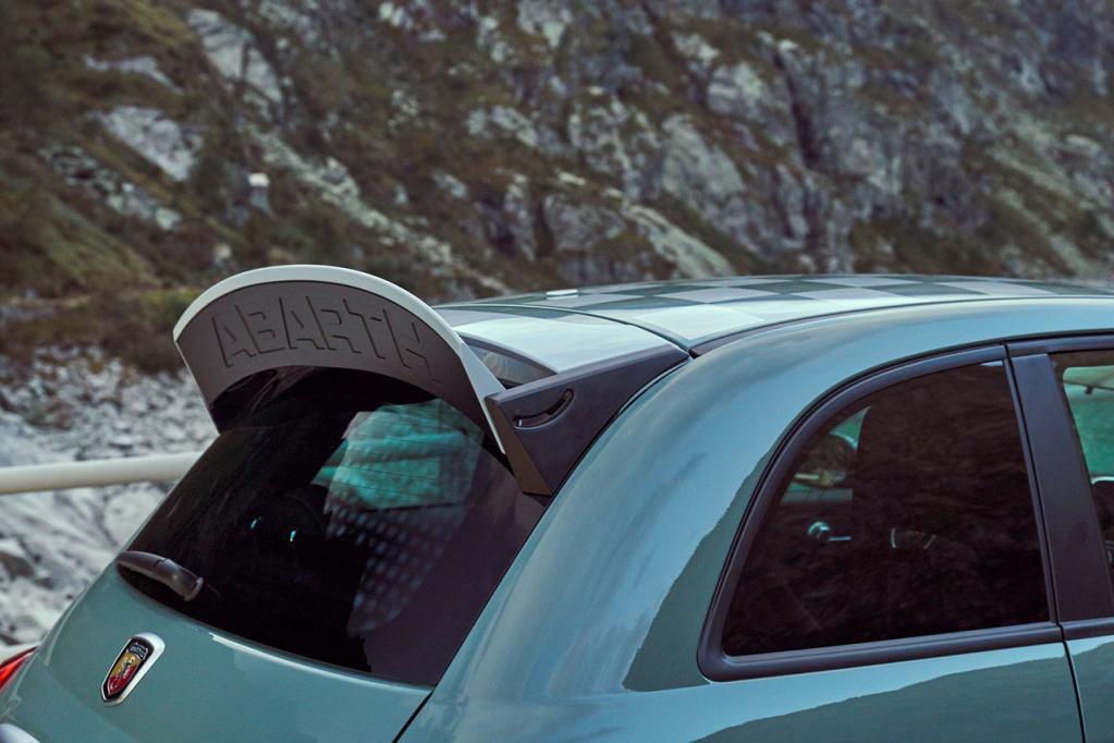アバルト創立70周年を記念した限定車「695セッタンタ・アニヴェルサーリオ」が100台限定で登場! 11月15日より公式サイトで予約受付開始