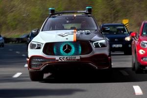 M・ベンツの新技術満載 ドライバーに光を照射/車載小型ロボット/GLEガソリンHV