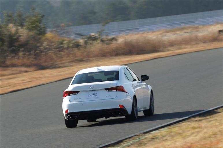 レクサスIS改良版にサーキットと一般道で試乗。見えてきた進歩と課題