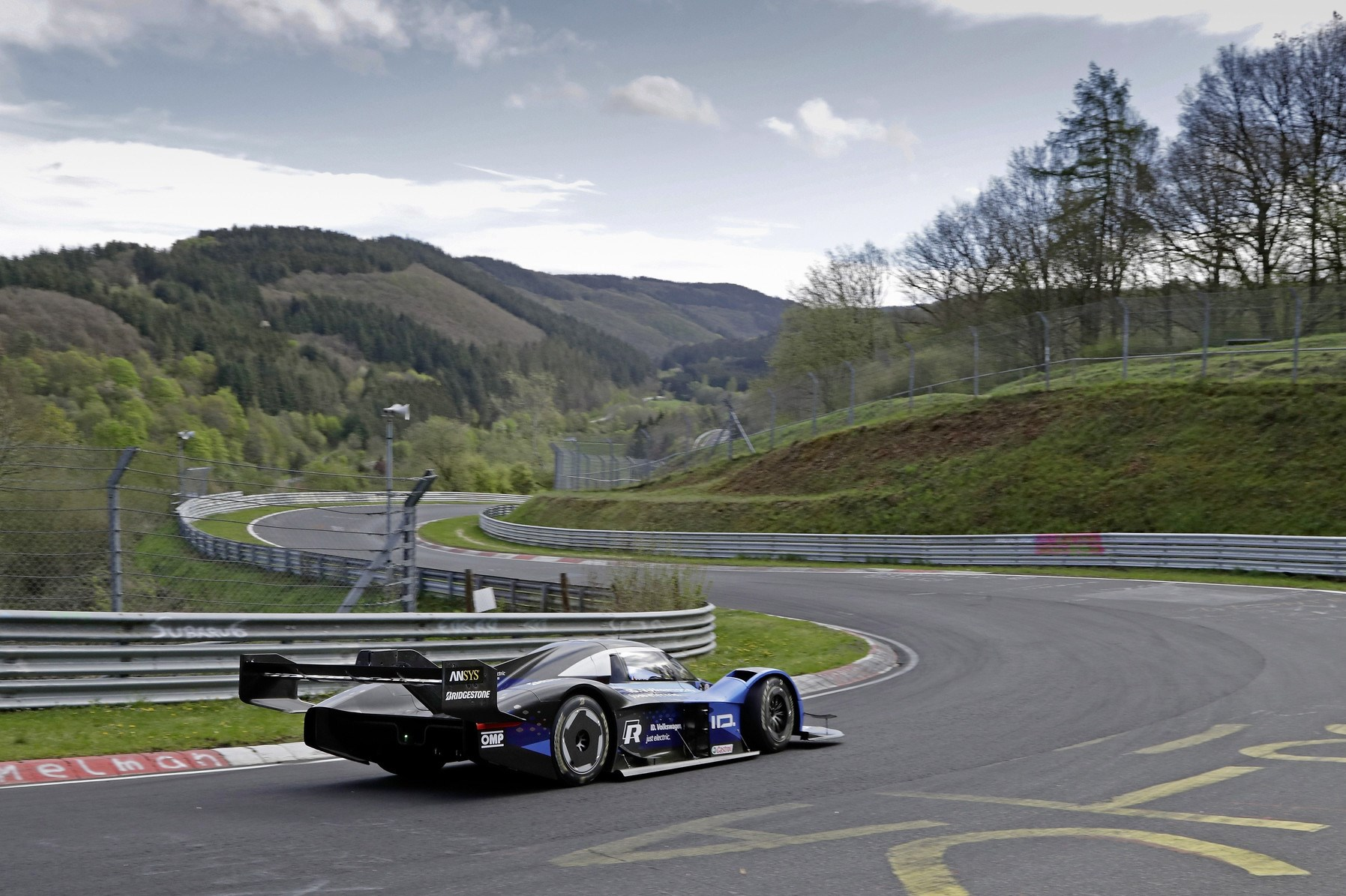 フォルクスワーゲン、電動レーシングカーID.Rをニュルでテスト  目指すはEVニュル最速