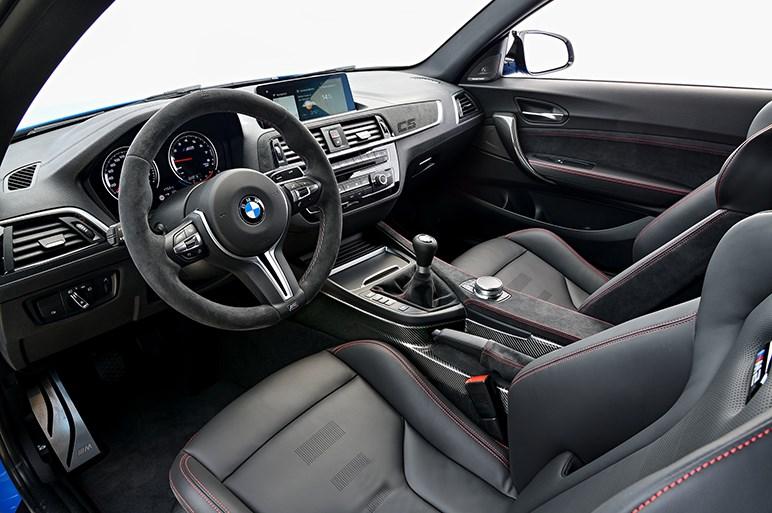 BMW M2に加わる頂点グレードのM2 CSはカーボンも多用しコンペティションの400万円高