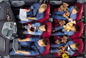 挑戦するもすぐに消滅! 前席横並び3人掛けの乗用車が一般化しないワケ