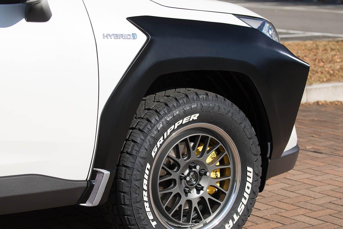 【アドベンチャーだけじゃないよ】なんか近未来な感じもする! 前後オバフェンだけで新型RAV4の標準車をオフ系に!
