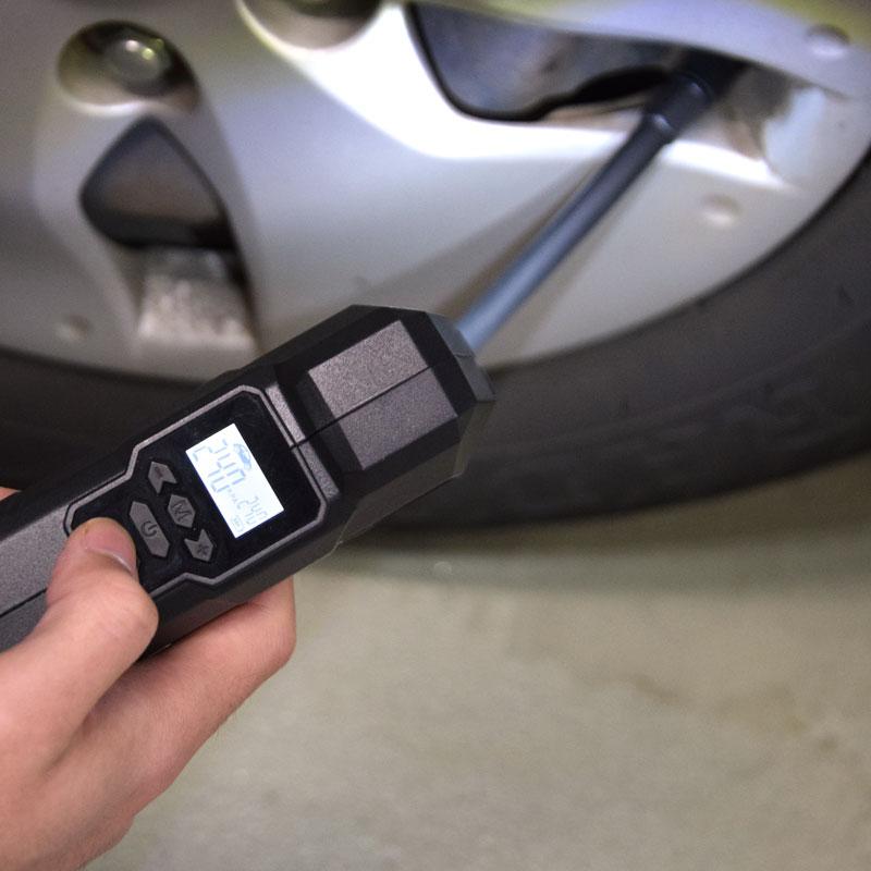 空気圧を設定してボタンを押すだけ!最大150PSIまでカバーするサンコーの充電式エアコンプレッサー「ハンディエアポンプmini 2」