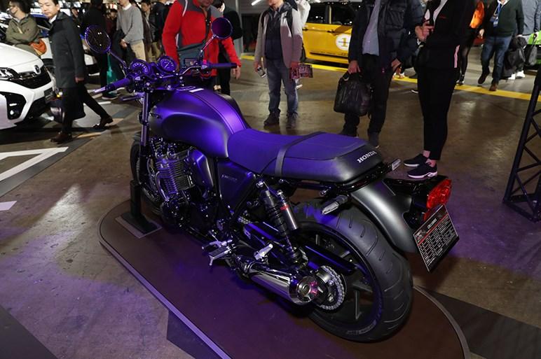 チョイ悪マットブラック限定のホンダ CB1100 RS - 東京オートサロン