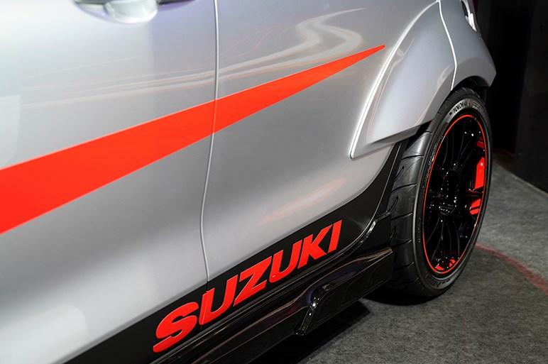 オーバーフェンダーのスズキスイフトスポーツ「カタナ」が登場 - 東京オートサロン