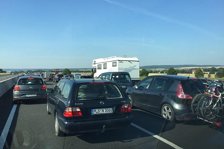 夏のドイツのアウトバーンは大渋滞。その理由は?