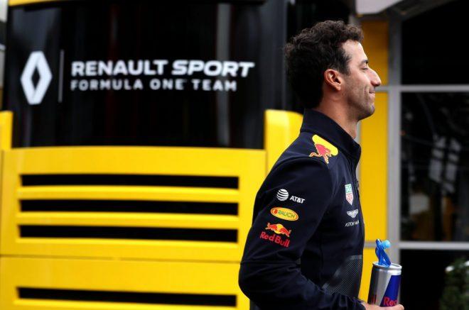 リカルドがルノーF1レーシングスーツ姿を初披露。ヒュルケンベルグとのツーショットも
