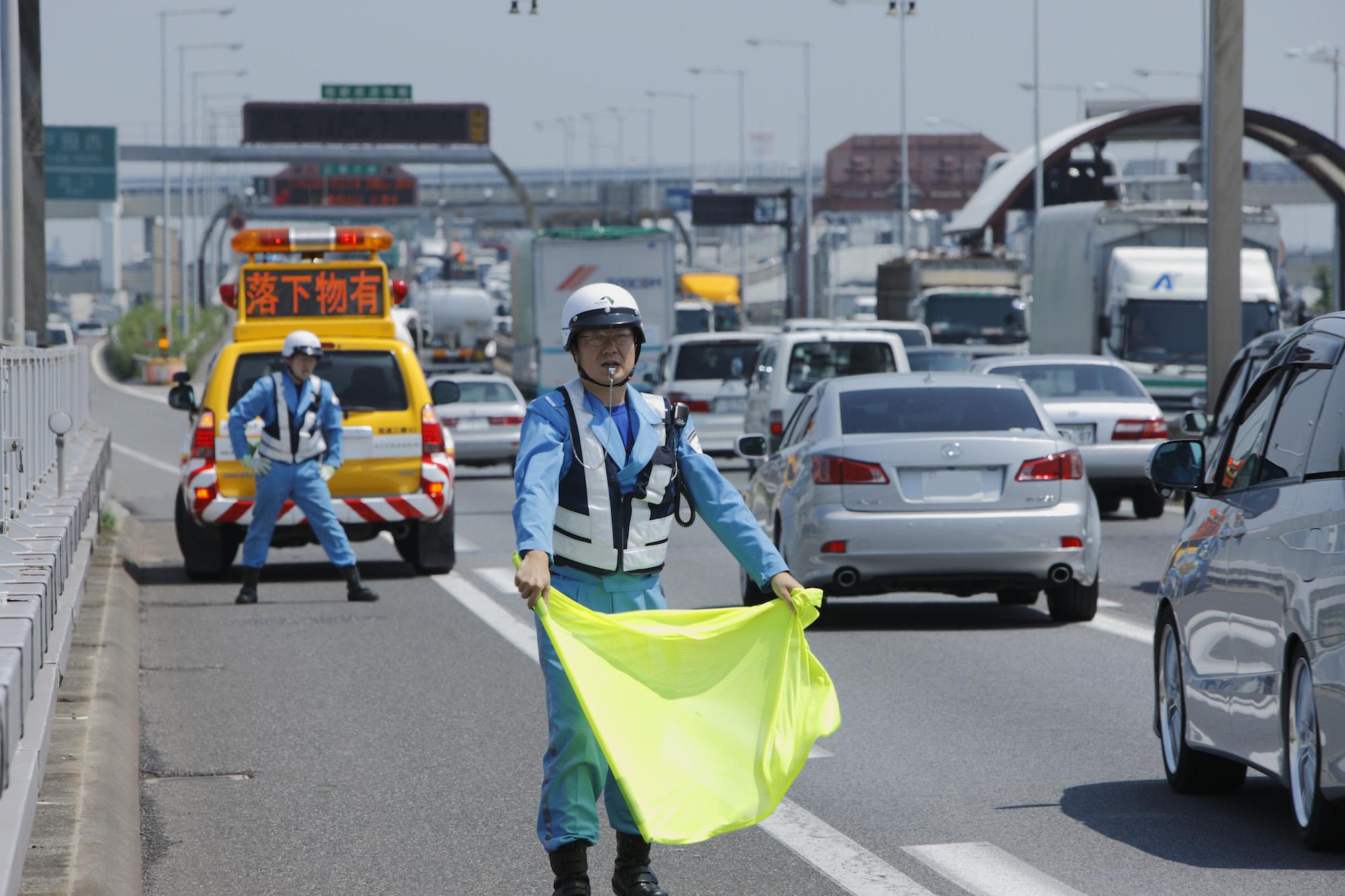 高速道路で物を落としてしまった!どうすればいい?対処法は?