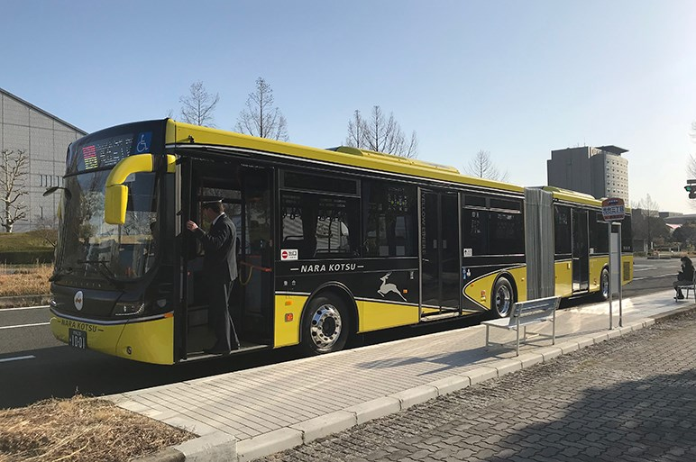 新型いすゞ「エルガ デュオ」、日野「ブルーリボン ハイブリッド」、日本製連節バスの運行を阻む法の壁