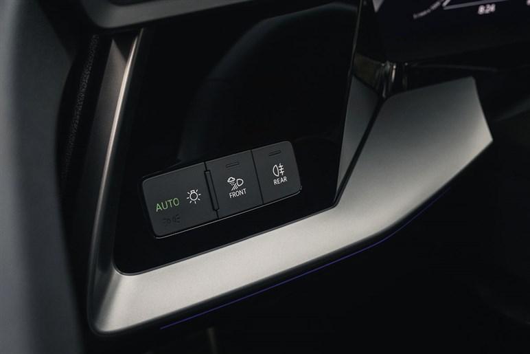 新型アウディA3スポーツバックに先行試乗。ゴルフより硬目だがアウディらしい走りやマイルドHVのパワー感がある