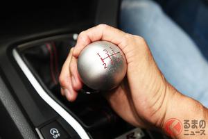 信号手前で…ブゥーン! 「エンブレ」多用は車に悪影響!? 適切な使用方法