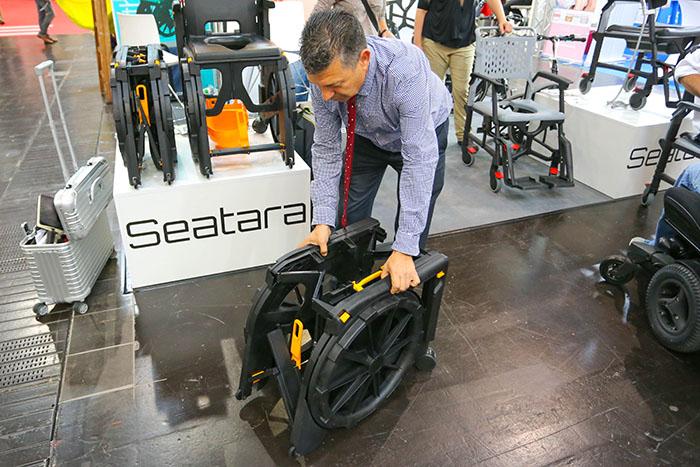 欧州最大の福祉機器展「REHACARE(リハケア)2018」で見つけた! 携帯可能な樹脂製の折り畳みバスチェアー「Wheelable(ホイーラブル)」