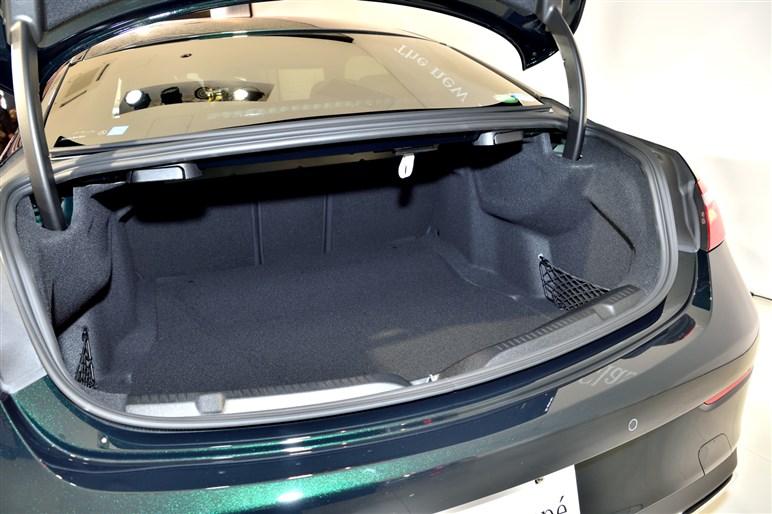 メルセデス新型Eクラスクーペ発表。ボディ大型化で後席も使えるクーペに