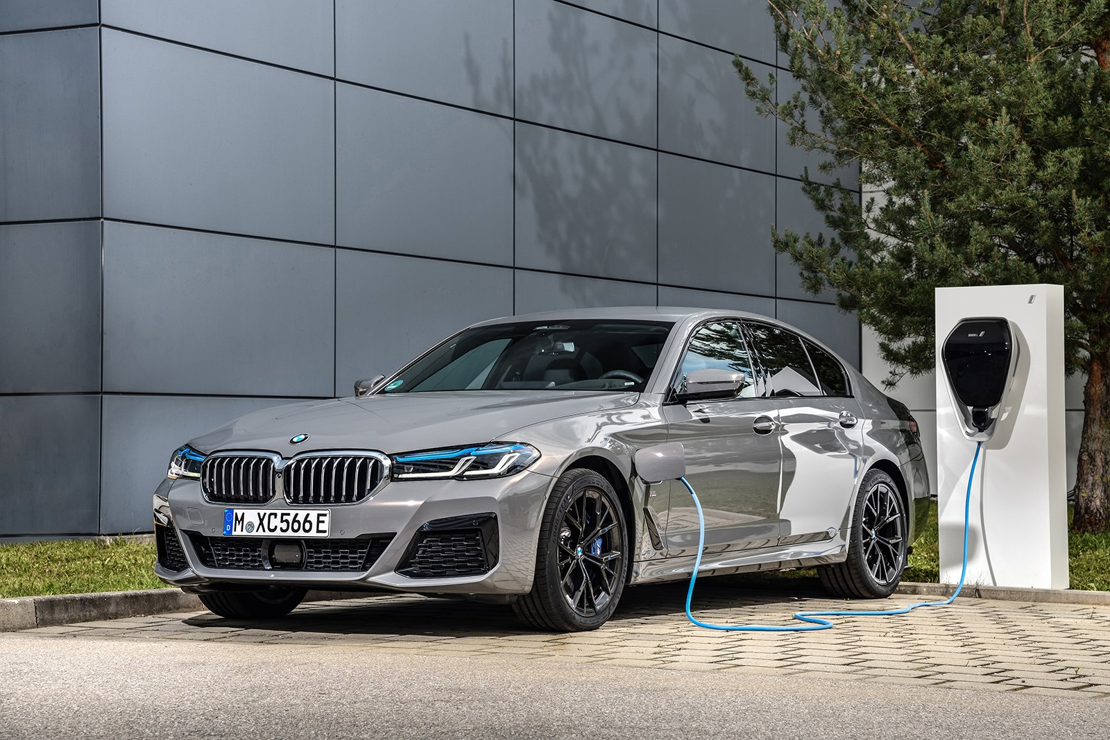 BMWが5シリーズのPHVにハイパワーな「545e」を追加。最高出力394hp、EV航続距離57km
