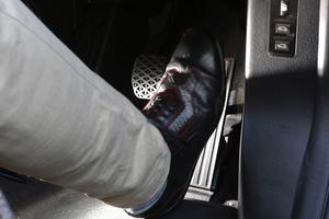 クルマのペダル踏み間違い事故を防ぐ後付けシステム、売れ筋3モデル比較