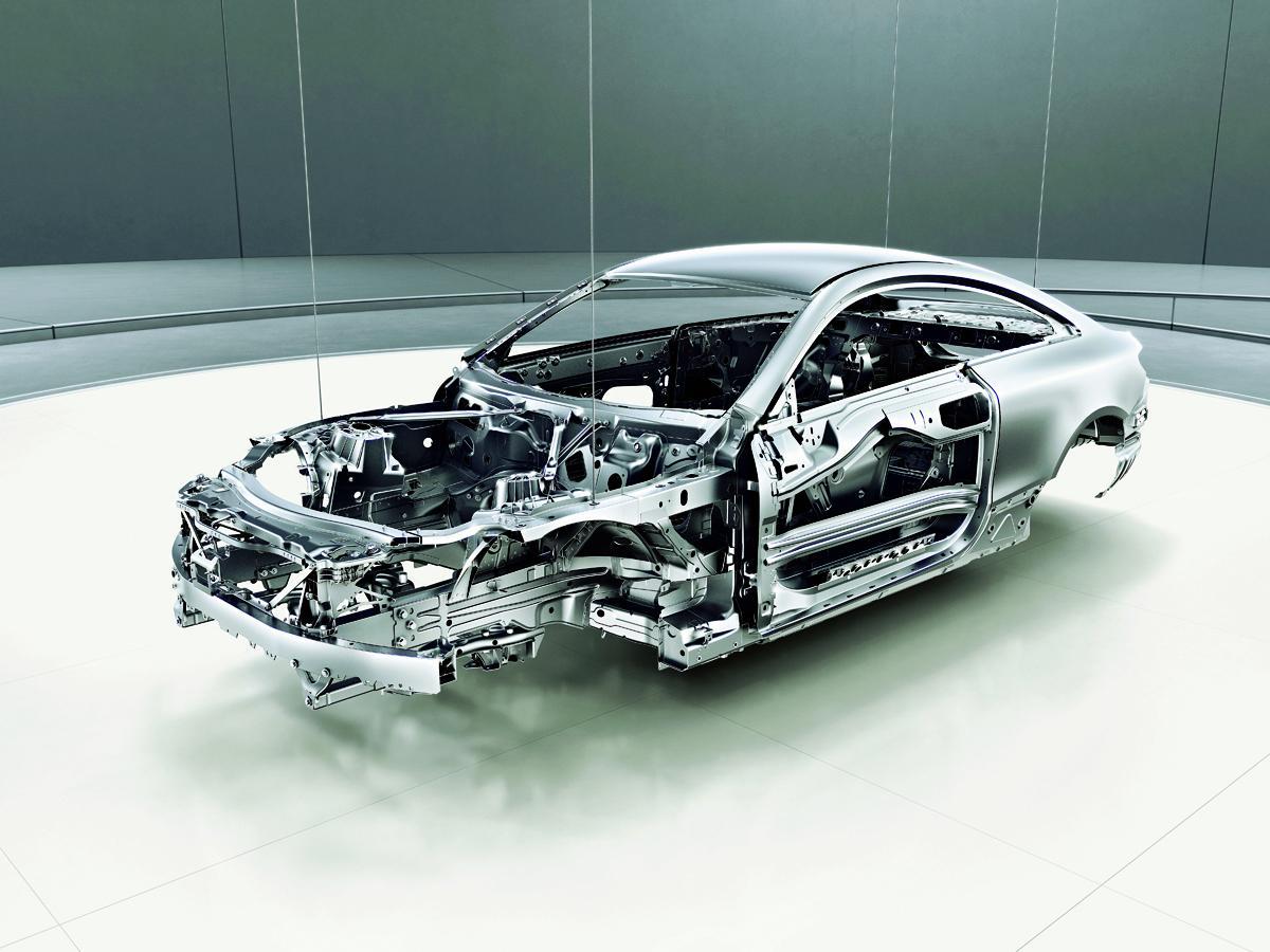 新開発エンジンを搭載したメルセデス・ベンツEクラスのクーペ&カブリオレが登場!